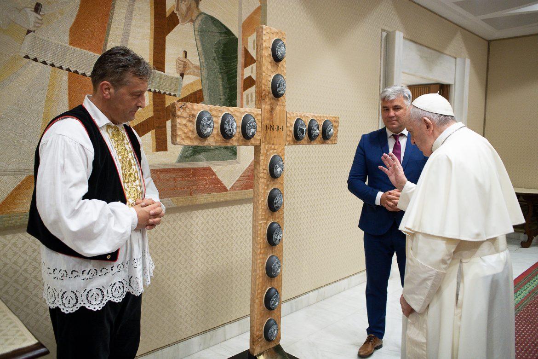 PREDSTAVNICI HRVATSKOG DOMA BEČ KOD PAPE FRANJE: Poklonili mu križ, umjetničko djelo Zorana Lucića